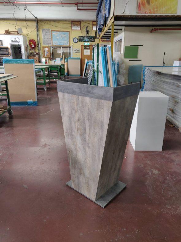 פודיום עץ טרפזי משטח ישר עם מדפים גוון עץ